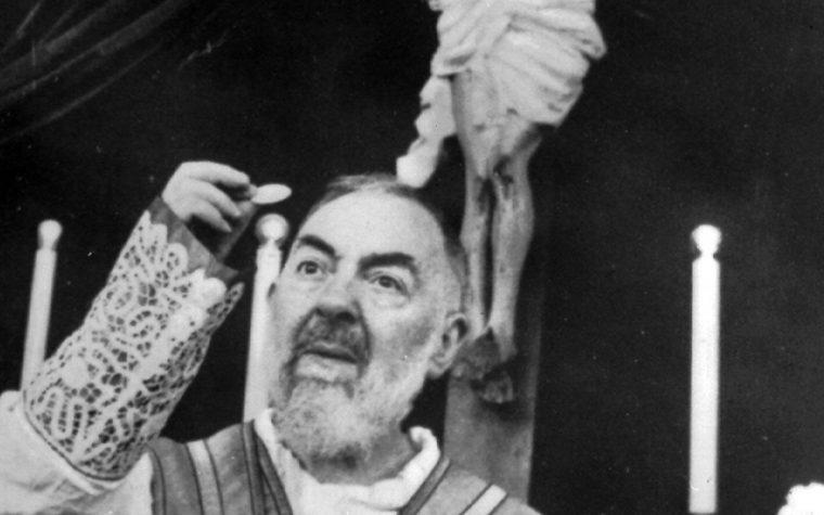 """""""Una meteora cadrà e una nazione scomparirà"""". Svelate le 12 profezie di Padre Pio"""